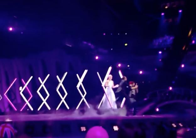 Man springt op podium SuRie Engelse inzending Eurovisie singcontest